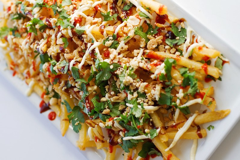 Loaded fries met spicy chicken en groente