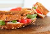 Italiaanse tosti met tomaat, mozzarella en pesto