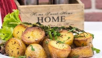 Knapperig gebakken aardappelblokjes met knoflook en kruiden